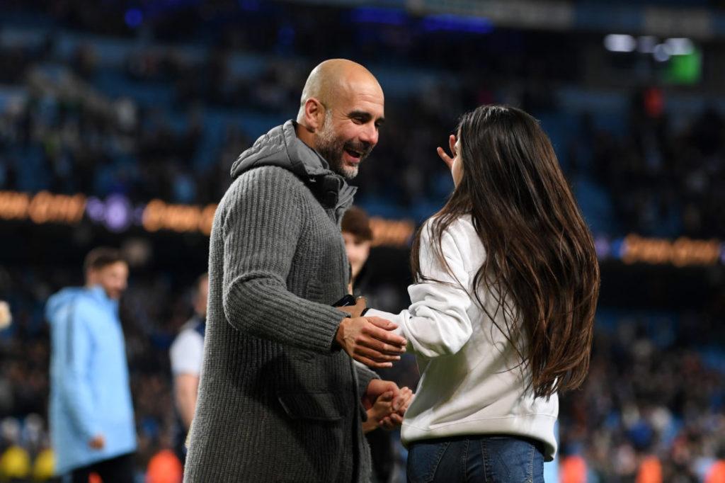 Pep Guardiola und seine Tochter Maria nach dem Spiel von Manchester City gegen Leicester. (Photo by Michael Regan/Getty Images)