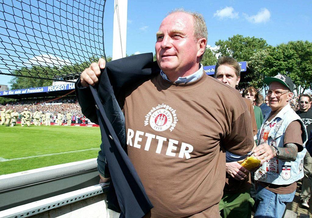 """Danke, Uli! Die Fans des FC St. Pauli begrüßen Macher Uli Hoeneß am 12. Juli 2003 zum legendären ,,Retter-Spiel"""" im Hamburger Millerntorstadion."""
