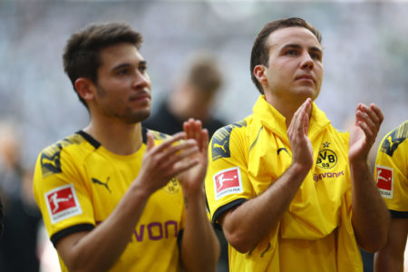 Mit leeren Blicken verabschieden sich die Dortmunder um Raphael Guerreiro (l.) und Mario Götze in Mönchengladbach von ihren Fans. (