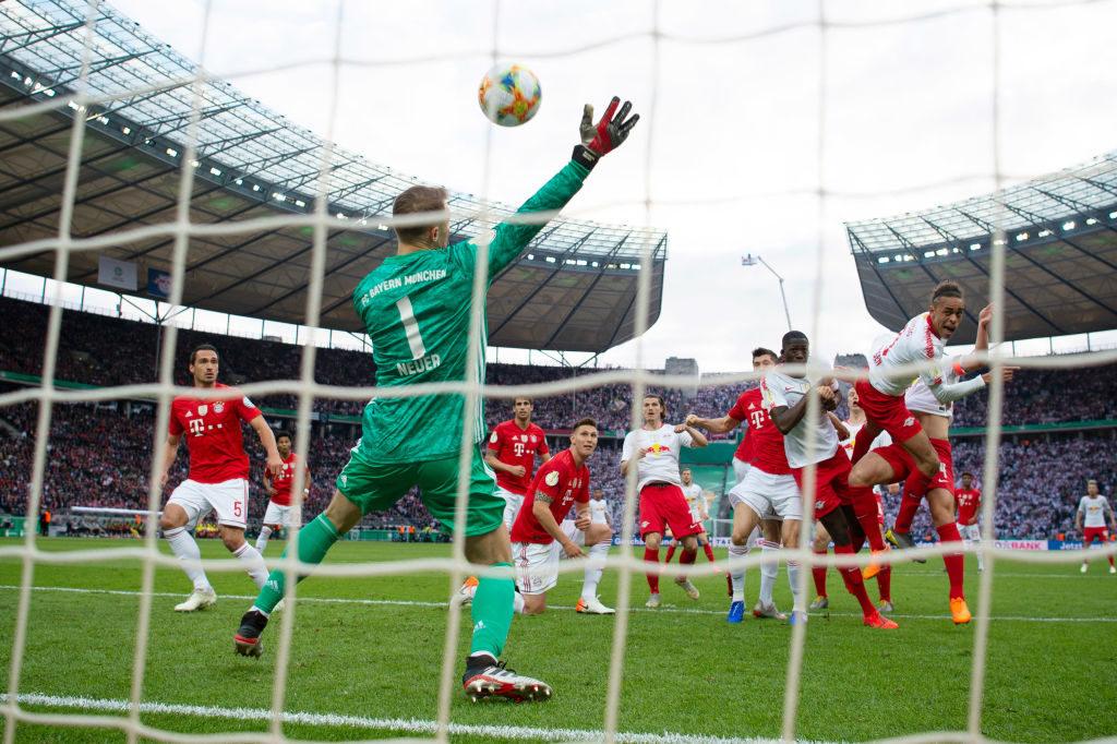 Eine Schlüsselszene im Pokalfinale in Berlin: Bayern-Keeper Manuel Neuer (l.) reißt bei einem Kopfball von Yussuf Poulsen geistesgegenwärtig den rechten Arm hoch und rettet seinem Team das 0:0. (Photo: Matthias Hangst/Bongarts/Getty Images)
