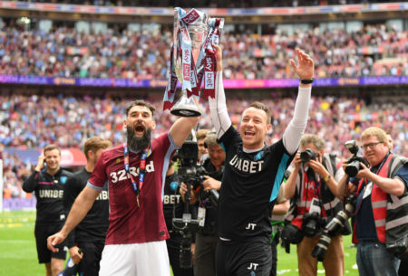 Zurück in der Premier League: Aston Villa bejubelt mit dem Australier Mile Jedinak und Co-Trainer John Terry den 2:1-Erfolg im Playoff-Spiel gegen Derby County in Wembley. (Photo by Mike Hewitt/Getty Images)