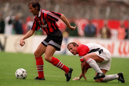 Andreas Brehme (r.) im legendären Abstiegsfinale 1996 mit Bayer Leverkusen und Hans-Peter Lehnhoff gegen den 1. FC Kaiserslautern. (Photo by Bongarts/Getty Images)