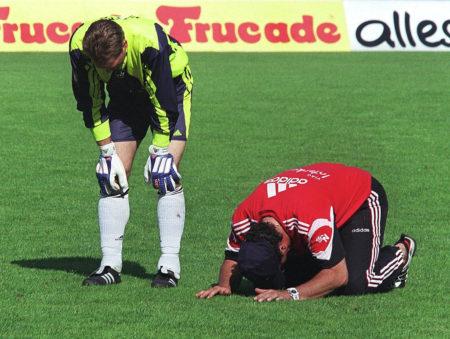 29. Mai 1999: Nürnberg steigt ab. Jetzt wissen es auch Weltmeister Andreas Köpke und dieser Betreuer (r.). (Photo by Peter Schatz/Bongarts/Getty Images)