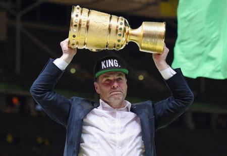 Dieter Hecking und sein größter Erfolg als Trainer: DFB-Pokalsieger 2015 mit dem VfL Wolfsburg. (Photo by Matthias Hangst/Bongarts/Getty Images)
