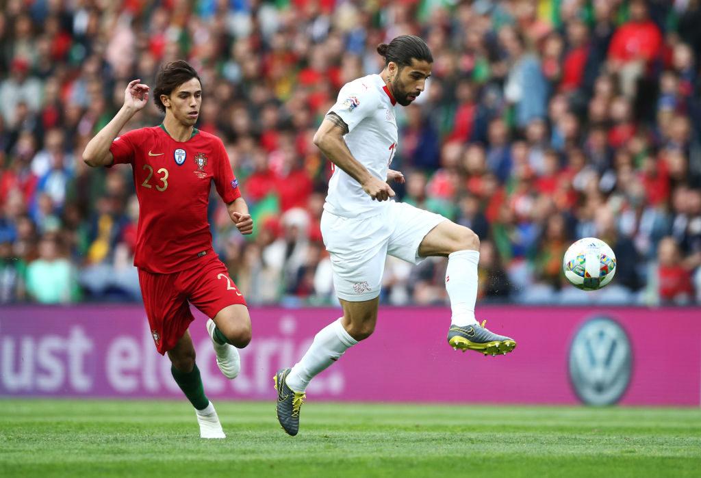 Joao Felix sah bei seinem Länderspiel-Debüt für Portugal gegen die Schweiz meistens nur die Rücklichter seiner Gegenspieler um Ricardo Rodriguez (r.).