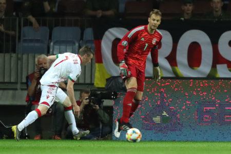 Manuel Neuer im EM-Quali-Spiel in Weißrussland: Er bringt den Ball gegen Juri Kowalew unter Kontrolle..
