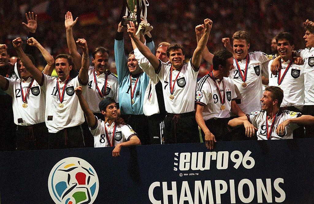 30. Juni 1996: In Wembley wird Deutschland mit einer soliden Mischung aus BVB und Bayern-Stars wie Andreas Müller (m., Mehmet Scholl (2. v. l.( oder Thomas Strunz (r.) zum bisher letzten Mal Europameister