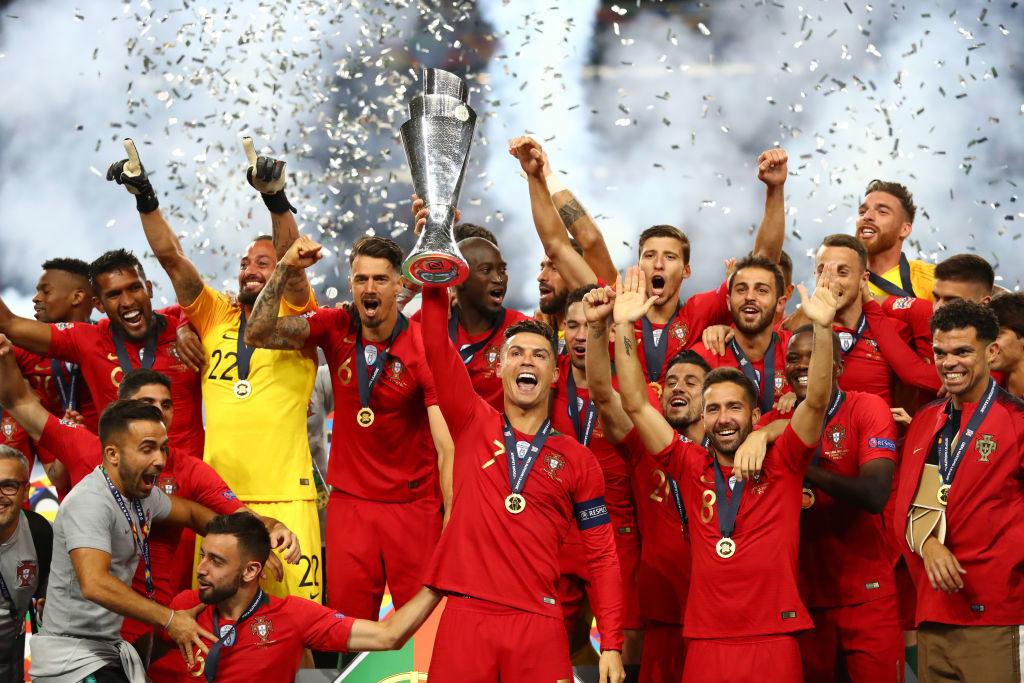 Jetzt hat er seinen Heim-Titel! Stolz präsentiert Cristiano Ronaldo nach dem 1:0-Finalsieg gegen Holland den UEFA Nations League Pokal