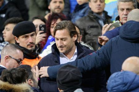 Auch bei den gegnerischen Fans, wie hier im Dezember 2018 in Cagliari, genoß Roma-Manager Francesco Totti (m.) hohes Ansehen.