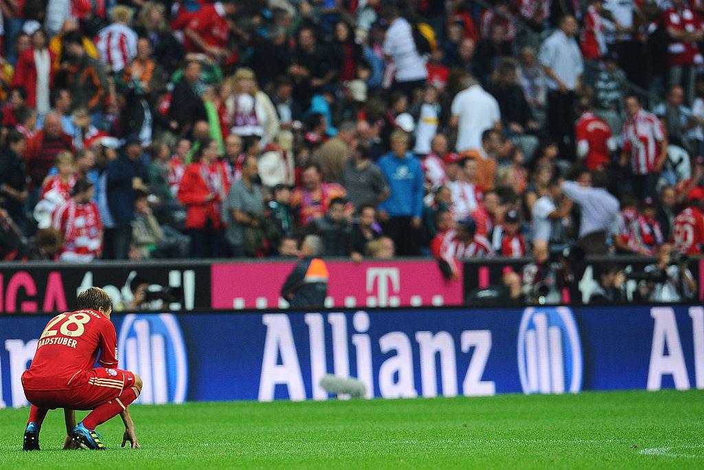 Holger Badstuber und der FC Bayern München am Boden - Das 0:1 gegen Borussia Mönchengladbach ist am 7. August 2011 die 1. Start-Niederlage für die Münchner nach 10 Jahren!