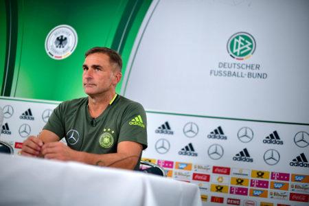 Medienprofi in jeder Lage: U21-Bundestrainer Stefan Kuntz, im Bild bei seiner offiziellen Vorstellung am 30. August 2016 in Kassel.