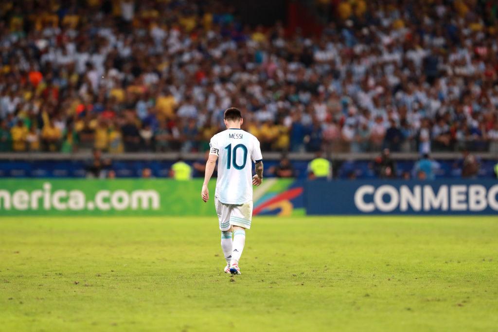 Lionel Messi beim Abgang aus dem Estadio Mineirao in Belo Horizonte. Der Traum vom Gewinn der Copa América im Land des Erzrivalen Brasilien erfüllt sich für ihn und Argentinien nicht...