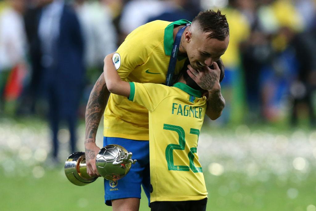 Brasiliens Everton feiert mit Henrique Leoms, Sohn seines Teamkollegen Fagner, den Gewinn der Copa América 2019. Ohne sein Tor und den Treffer von Perus Guerrero hätten die Ausrichter 14 der wuchtigen Torjäger-Trophäen (siehe Foto) aushändigen müssen...