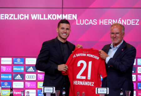 8. Juli 2019: Stolz präsentiert Karl-Heinz Rummenigge (r.) den Bundesliga-Rekord-Neuzugang Lucas Hernandez beim FC Bayern München.