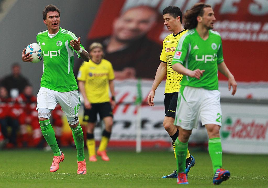 Mario Mandzukic (l.) und Robert Lewandowski (m.), hier beim 3:1-Erfolg des BVB beim VfL Wolfsburg am 7. April 2012, spielten Jahre später beide für den FC Bayern München.