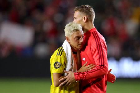 Die Weltmeister Mesut Özil (l., FC Arsenal) und Manuel Neuer (r.) vom FC Bayern München nach der Begegnung im International Champions Cup im Juli 2019 in Carson im US-Bundesstaat Kalifornien.