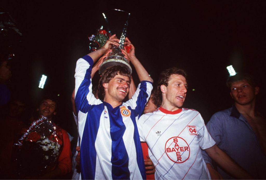 8. Mai 1988: UEFA-Cup-Sieger nach einem unglaublichen Drama gegen Espanyol Barcelona: Falko Götz (l.) und Wolfgang Rolff jubeln für Bayer Leverkusen.