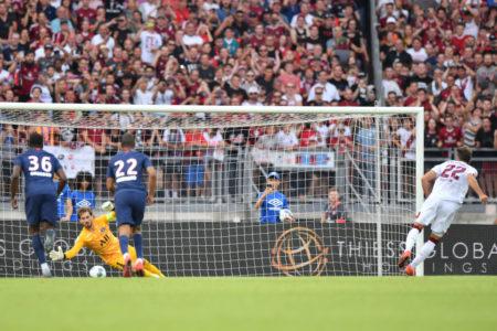 Gegen diesen Elfmeter von Enrico Valentini (r.) vom 1. FC Nürnberg hatte PSG-Torhüter Kevin Trapp keine Abwehrchance. 1:1 hieß es am Ende in einem prima Freundschaftsspiel.