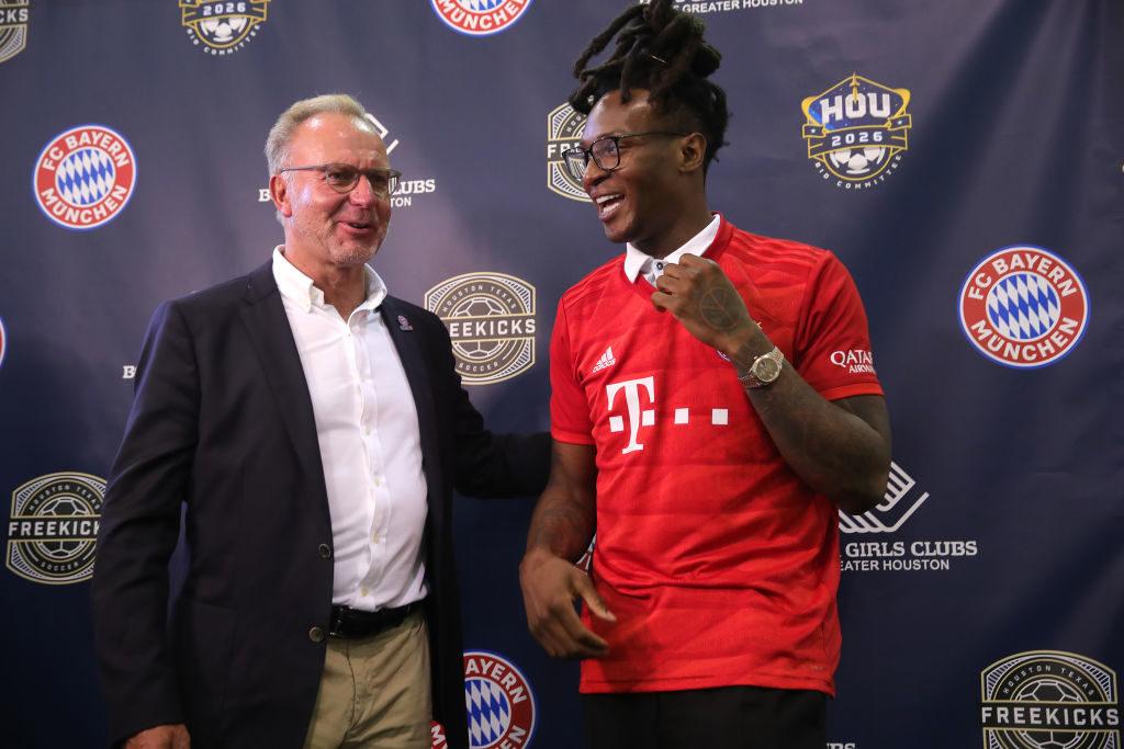 Ganz klar: Der FC Bayern, hier mit Vorstandschef Karl-Heinz Rummenigge und American-Football-Star DeAndre Hopkins von den Houston Texans, hat Spaß auf seiner USA-Reise....