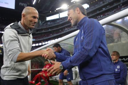 Zinedine Zidane (l.) begrüßt Bayern-Coach Niko Kovac vor dem ICC-Spiel von Real Madrid gegen die Münchner in Houston (Texas).