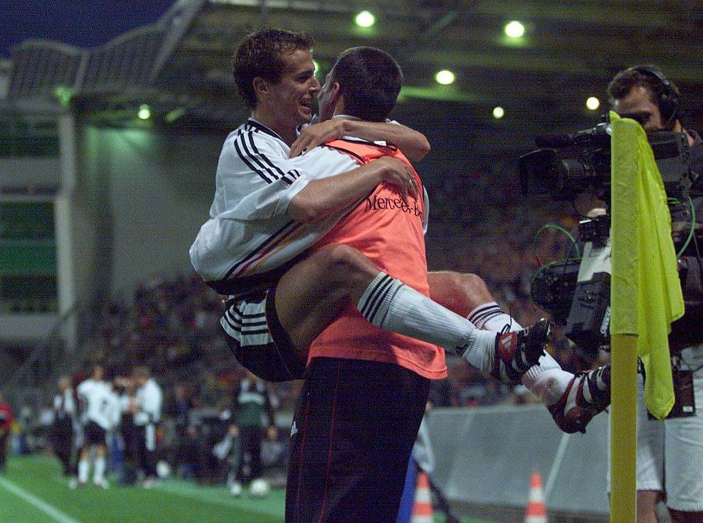 Da war die DFB-Welt noch in Ordnung: Mehmet Scholl und Markus Babbel verabschieden sich am 4. Juni 1999 mi einem 6:1 gegen Moldawien in die Länderspiel-Sommerpause