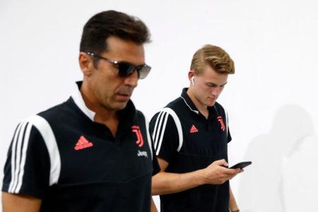 Die Juve-STars Gianluigi Buffon (l) und Matthijs de Ligt glänzten beim Einstand auch als Sänger...