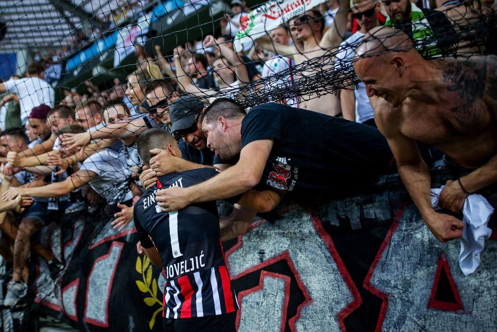 Die mitgereisten Frankfurter Fans feiern den Siegtorschützen Dejan Joveljic nach dem 2:1-Erfolg in der Europa-League-Quali in Tallinn.