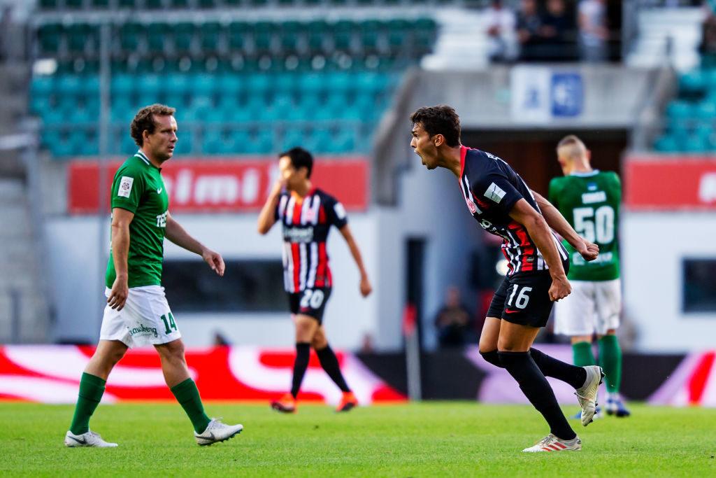 """,,Wir sind wieder da"""" - Lucas Torro von Eintracht Frankfurt schreit seine Freude über das 1:0 bei Flora Tallinn heraus."""