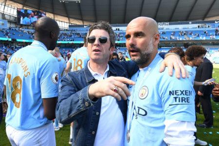 Promis als echte Fußballfans: Noel Gallagher ist ein eingefleischter Anhänger von Manchester City und gratuliert im Bild Coach Pep Guardiola zur englischen Meisterschaft 2018.