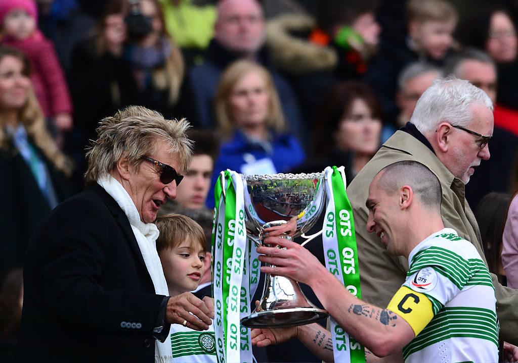 Promis als echte Fußball-Fans: Große Ehre für Sir Rod Stewaart - Der Rocksänger überreicht 2015 den schottischen Liga-Pokal an Celtic-Kapitän Scott Brown (r.).
