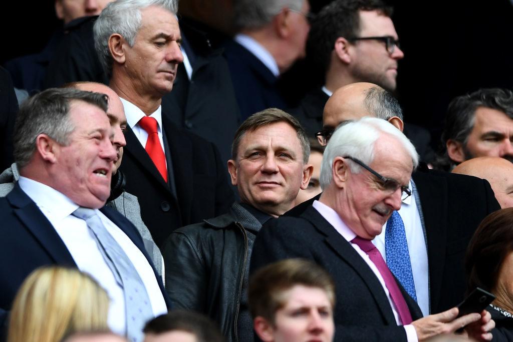 """Promis als echte Fußball-Fans: Ob ,,James Bond"""" Daniel Craig (m.) hier beim FC Liverpool seinem Tribünennachbarn den neuesten Agentenwitz gedrückt hat?"""
