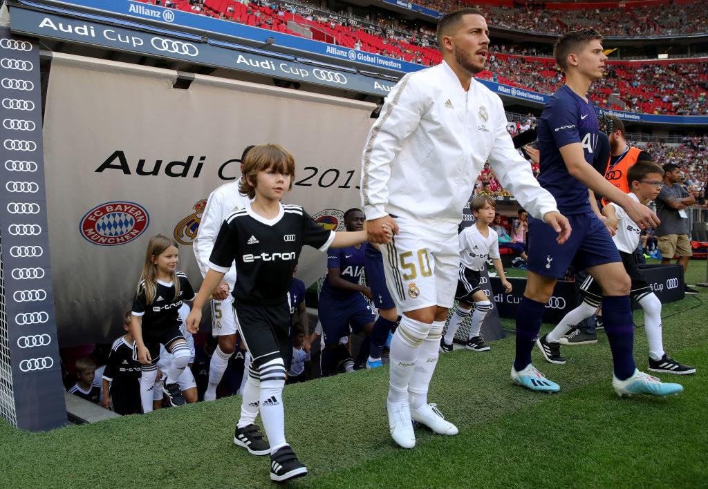Real Madrid: Neuzugang Eden Hazard, hier beim Einmarsch in die Allianz Arena in München am 30. Juli 2019 beim Audi Cup gegen Tottenham, trägt Zentnerlasten an Druck mit sich herum...