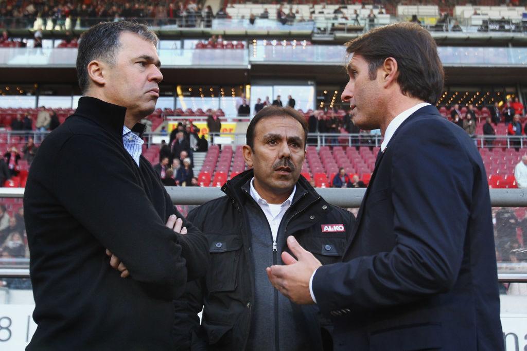 Jos Luhukay (m., hier mit Andreas Rettig und Bruno Labbadia) trainierte auch den FC Augsburg und den VfB Stuttgart. Seit April 2019 ist er Cheftrainer beim FC St. Pauli.