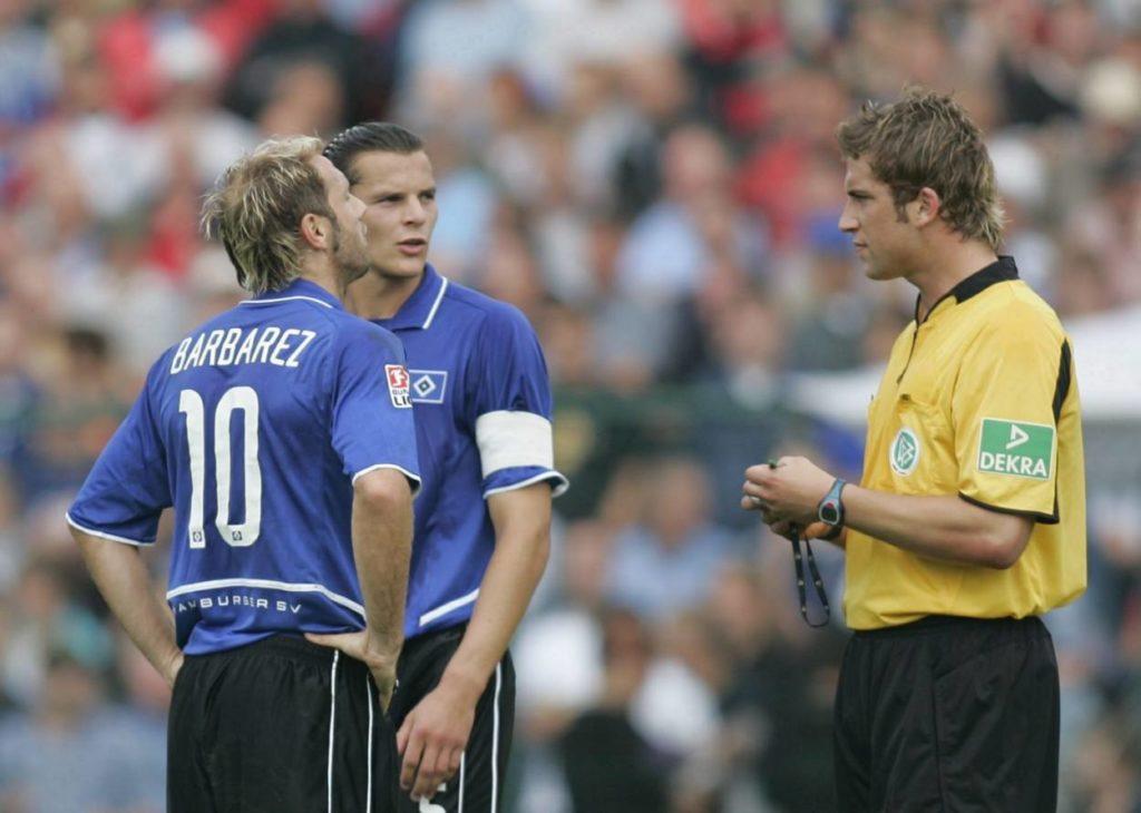 PADERBORN, GERMANY -AUGUST 21: Fussball: DFB Pokal 04/05, Paderborn; SC Paderborn - Hamburger SV 4:2; Sergej Barbarez, Schiedsrichter Robert Hoyzer 21.08.04.