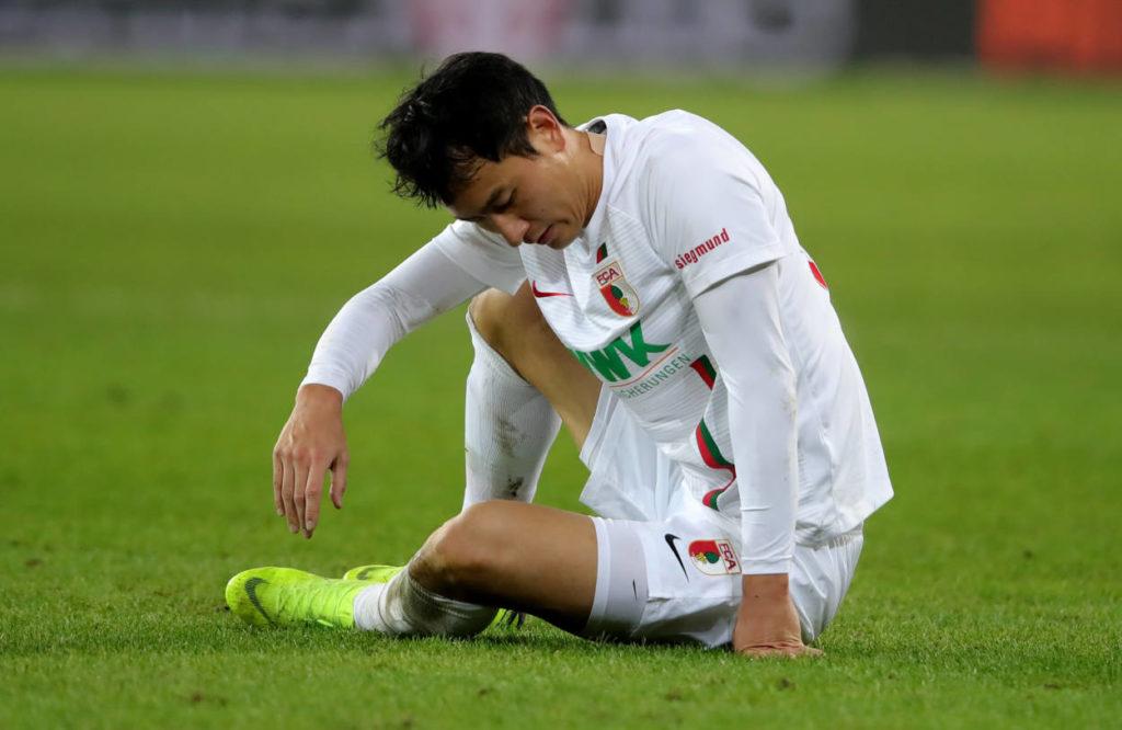 Dong-won Ji am Boden: Im Februar 2019 verliert der FC Augsburg knapp mit 2:3 gegen den FC Bayern München...