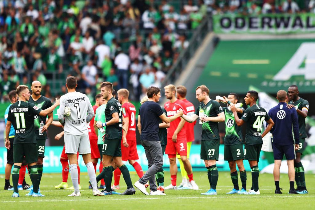 Oliver Glasner (m.) feierte mit dem VfL Wolfsburg zum Einstand einen 2:1-Erfolg gegen den 1. FC Köln.