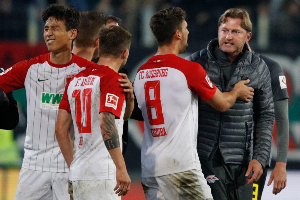 19. September 2017: Nach der 0:1-Niederlage in Augsburg hatte Leipzigs Trainer Ralph Hasenhüttl (r.) noch ein paar drängende Fragen an Daniel Baier (m.)...