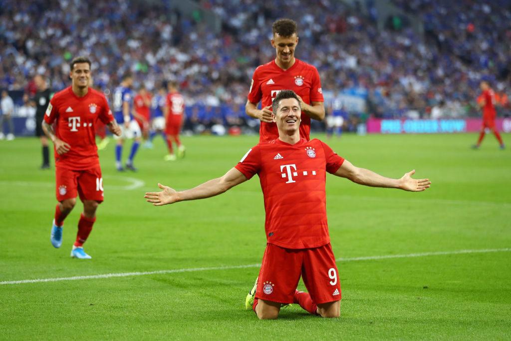 Dreierpack perfekt: Robert Lewandowski und seine Teamkollegen vom FC Bayern München jubeln auf Schalke.