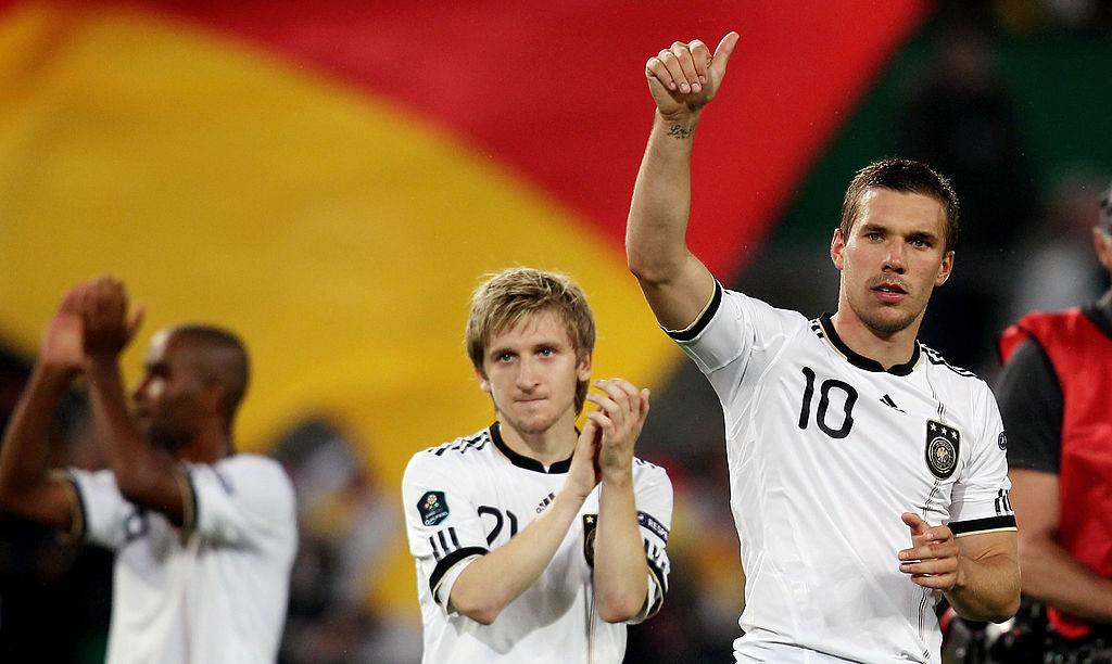Marko Marin (m.) im Trikot der deutschen Fußball-Nationalmannschaft beim EM-Quali-Spiel 2010 gegen Aserbaidschan in Köln, mit Lukas Podolski.