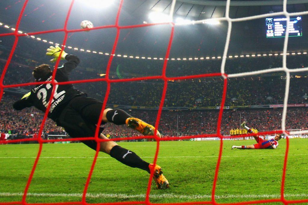 Eines unserer 25 Dramen, der FC Bayern rutscht beim Elfmeterschiessen reihenweise aus.
