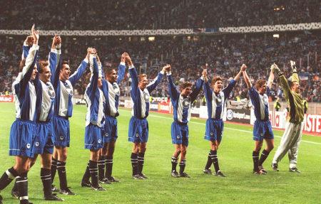 Berlin, 20. Oktober 1999: Hertha BSC jubelt nach dem 1:0-Triumph über den AC Mailand in der Champions League mit seinen Fans im Olympiastadion.