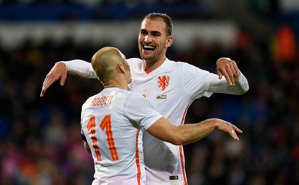 Bas Dost und die niederländische Elftal: Im November 2015 jubelt er mit Arjen Robben (l.) beim Freundschaftsspiel gegen Wales in Cardiff.