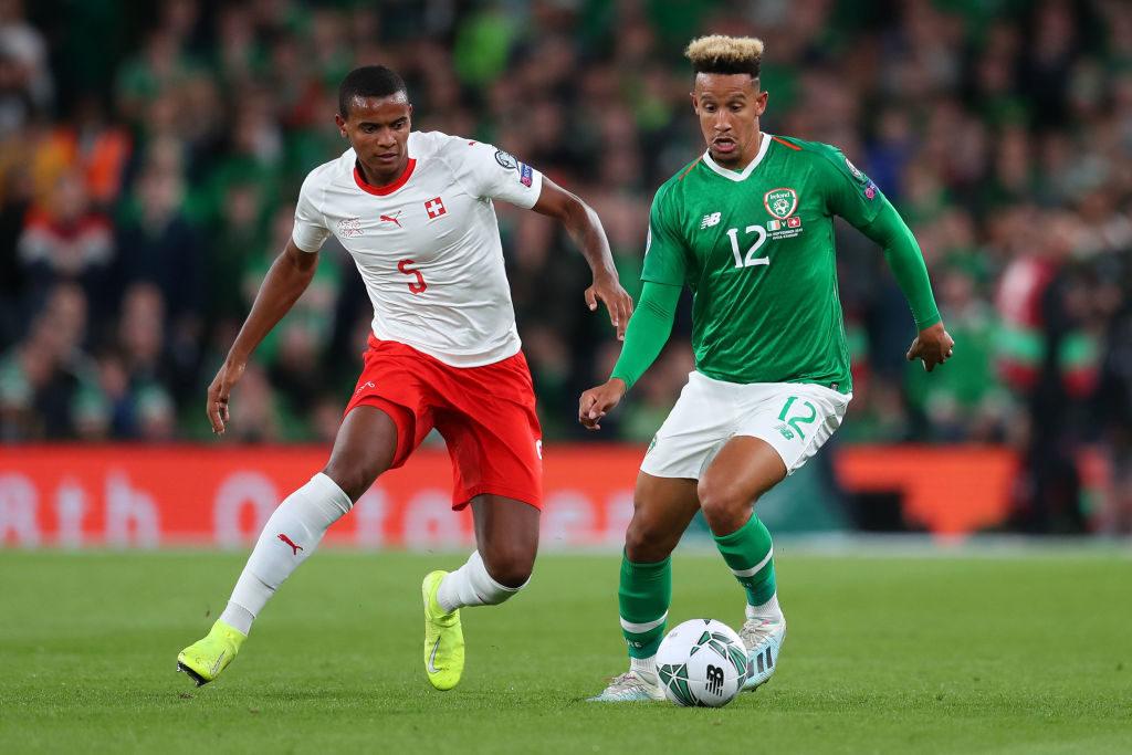 Der Schweizer Manuel Akanji (l., gegen Callum Robinson) verletzte sich beim Länderspiel-Auftritt in Dublin gegen Irland