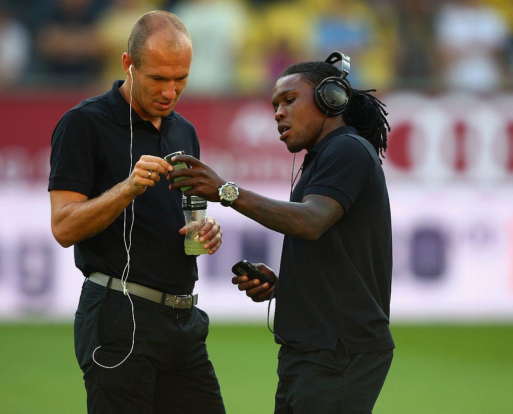 Royston Drenthe (r.) hilft Arjen Robben vor dem Freundschaftsspiel Borussia Dortmund Real Madrid (2009) mit Handy und Musik-Playlist....