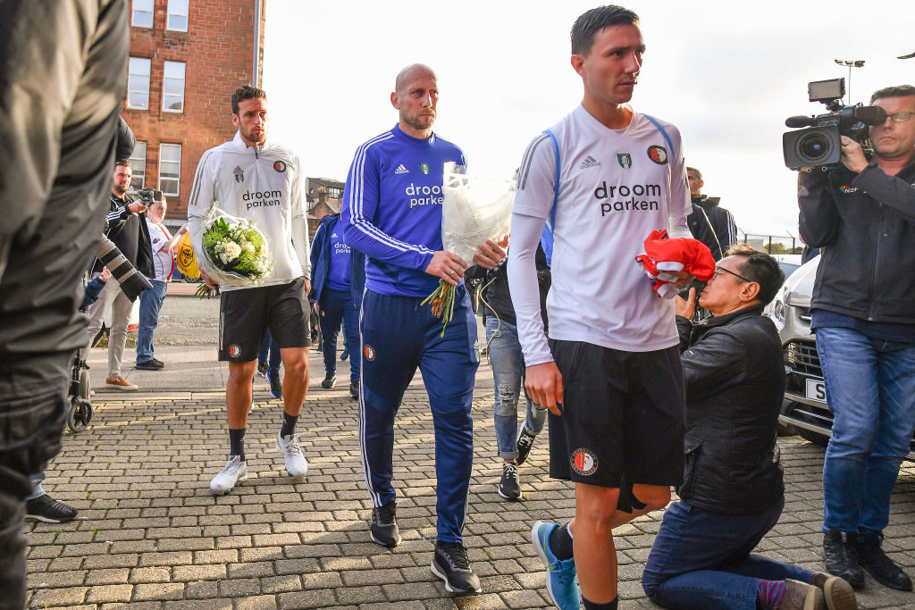 Die Spieler von Feyenoord Rotterdam mit Trainer Jaap Stam (m.) trauern am Mittwoch vor dem Ibrox Stadium um Fernando Ricksen.