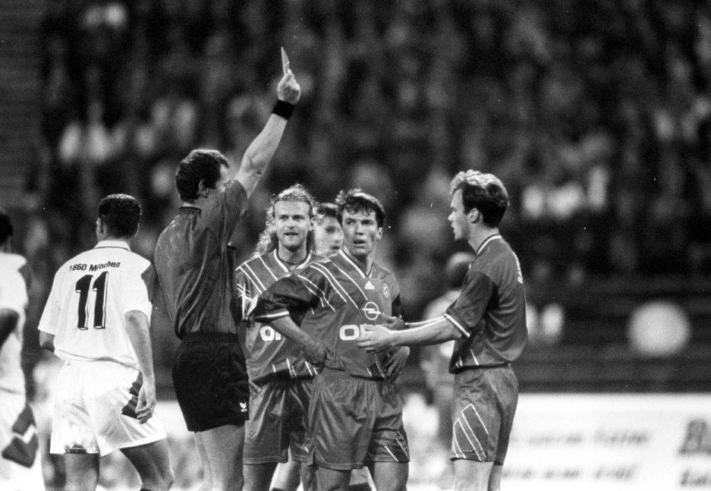 Schiedsrichter Hellmut Krug zeigt Christian Nerlinger (FC Bayern München) im Spiel beim TSV 1860 München die gelb rote Karte, dahinter Lothar Matthäus und Alain Sutter (beide FC Bayern München)