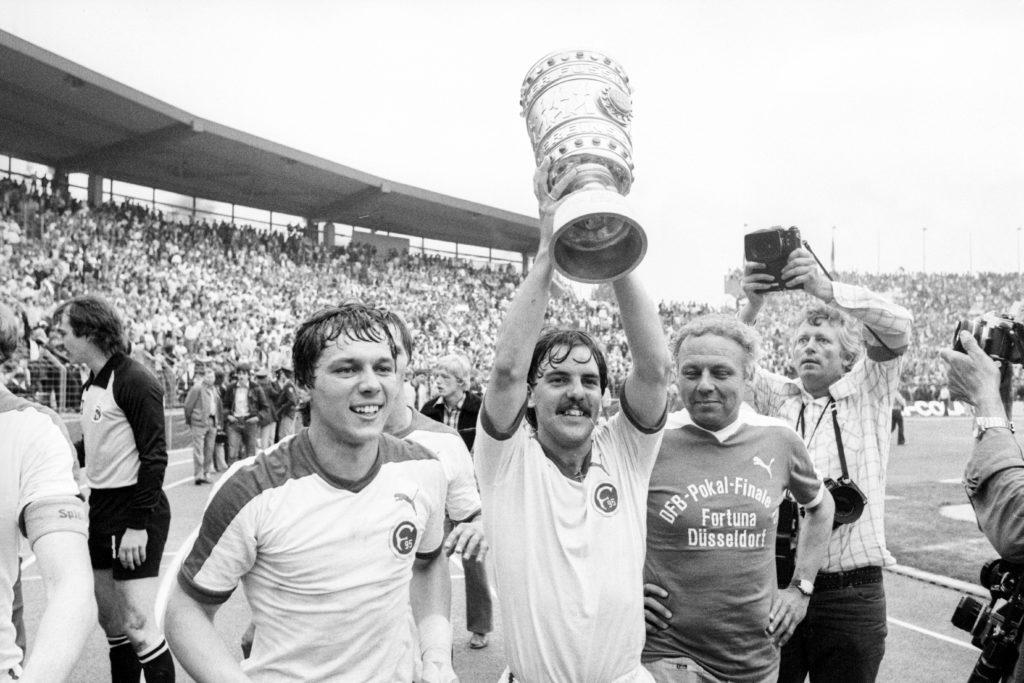 """Hannover 1979: Josef ,,Sepp"""" Weikl (l.) und Hubert Schmitz feiern den Sieg im DFB-Pokalfinale mit Fortuna Düsseldorf gegen Hertha BSC."""