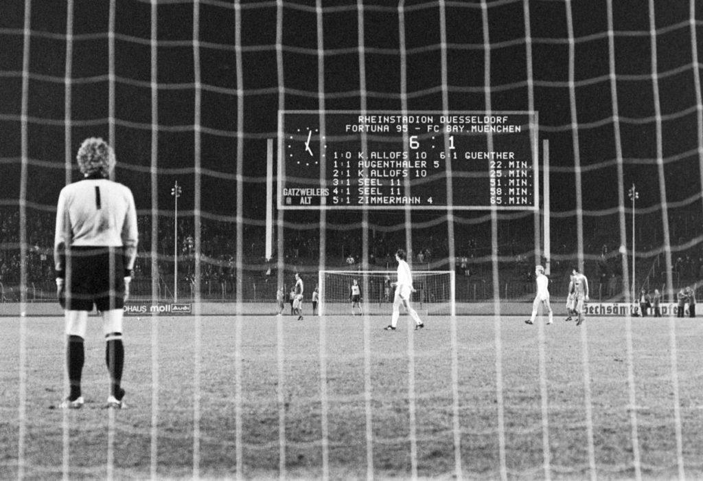 Am 9. Dezember 1978 geht der FC Bayern München bei Fortuna Düsseldorf im Rheinstadion baden... Foto: Imago Sportfoto