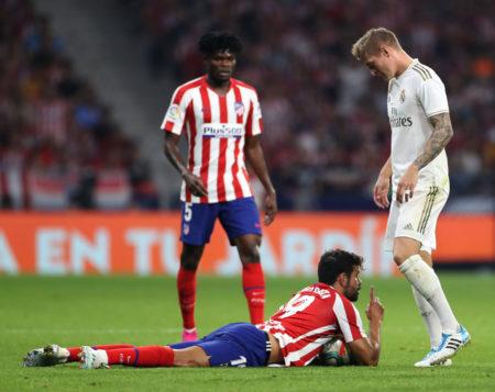 Diego Costa am Boden: Atlético Madrid kam gegen Real und Toni Kroos (r.) vor heimischer Kulisse in La Liga nur zu einem 0:0.