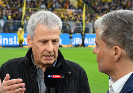 Was nun, Monsieur Favre? Der BVB-Coach im Interview mit Sky-Reporter Ecki Heuser (r.)